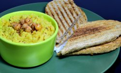 Pateu de naut (humus) cu bagheta prajita