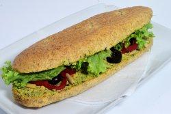 Sandwich cu pasta de busuioc si pin