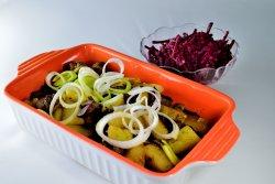 Cartofi copti cu ciuperci la cuptor si salata de sfecla