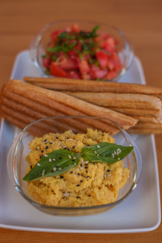 Hummus cu salsa de roșii și baghetă