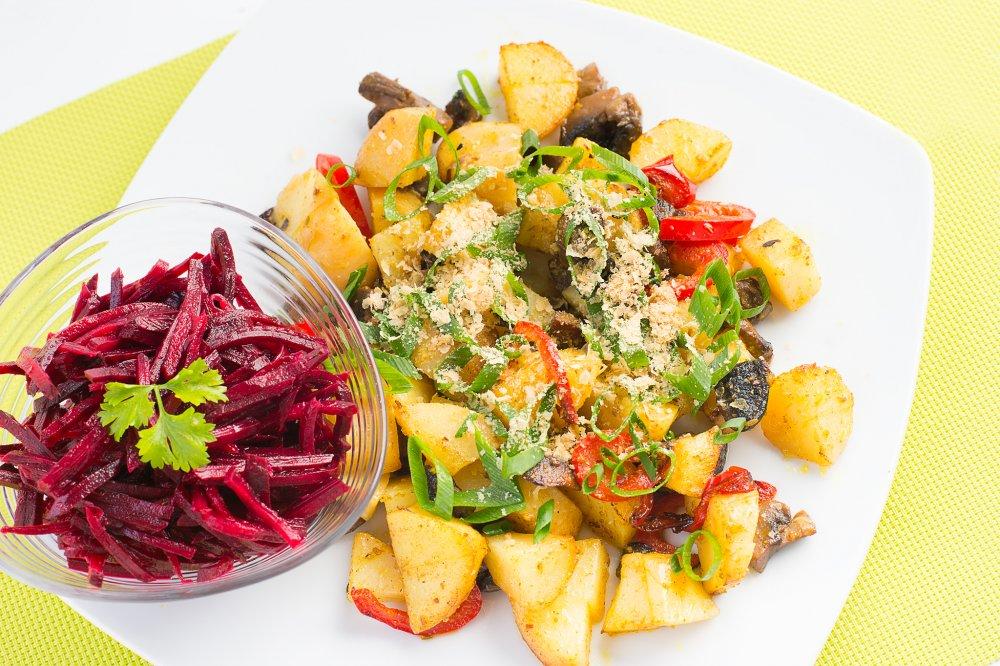 Cartofi copti cu ciuperci si salata de sfecla