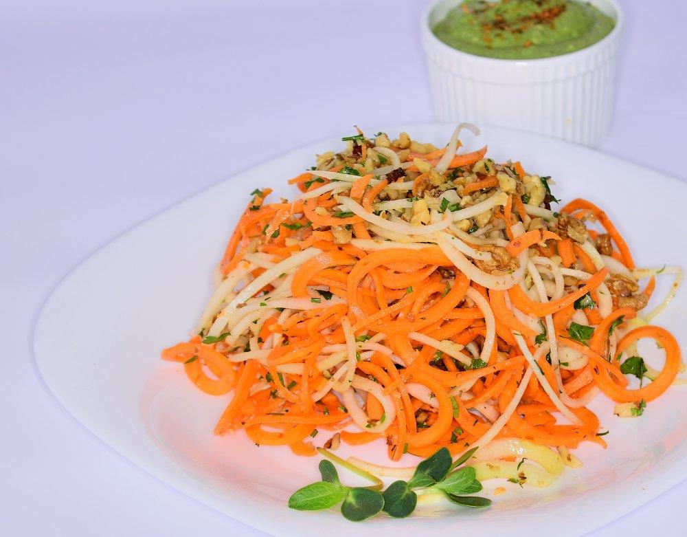 Spaghete din morcovi si gulii cu sos
